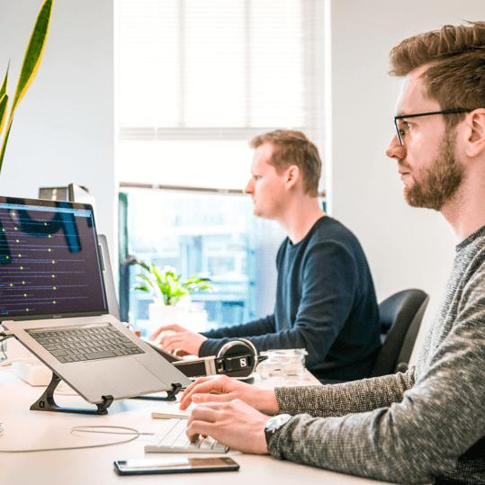 Homens no escritório digitando no computador